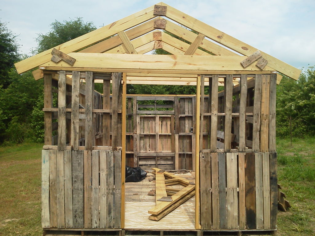 Install Trusses To The Roof Of Garden Shed With Pallets